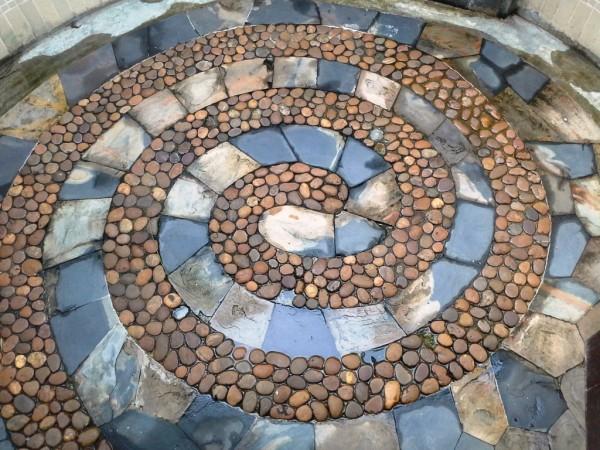 lauko dusine su akmeneliais