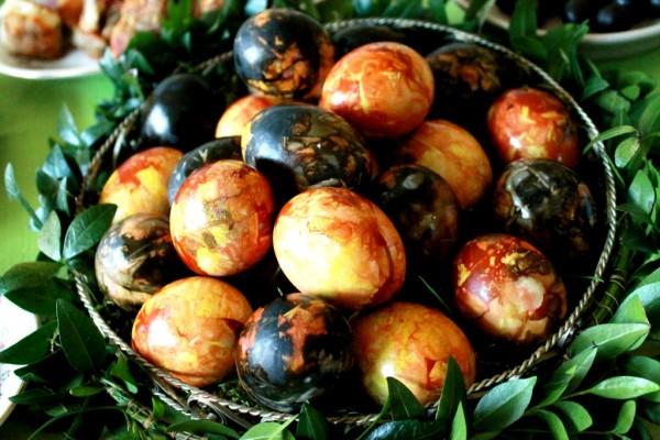 Gamtiniais-dazais-dazyti-marguciai-Easter-eggs-dyed-with-natural-colour